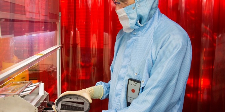 Forschung an CIGS - Dünnschichtsolarzellen Foto: ZSW
