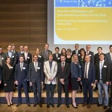 Jahreskonferenz Power to Gas 2016: Kristina Haverkamp, dena-Geschäftsführerin (1. Reihe, 4. v. r.), und Andeas Kuhlmann, Vorsitzender der dena-Geschäftsführung (1. Reihe, 3. v. r.), gemeinsam mit den Partnern der Strategieplattform Power to Gas Quelle: Deutsche Energie-Agentur (dena) / Sebastian Greuner