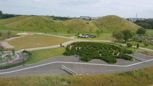 Parkanlage in Hyllie mit Labyrinth und Hügellandschaft