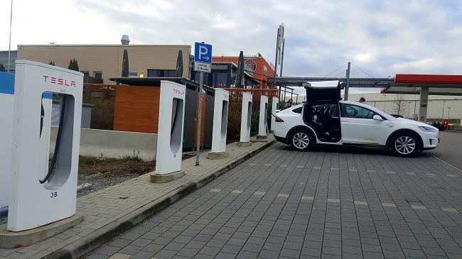 Kurzer Zwischenstopp an der Tesla Super-Charger Ladestation