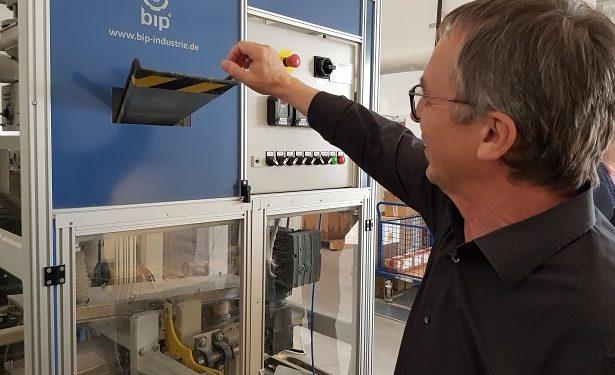 GF Wilfried Pieper erklärt Funktionsweise der BIP Trockenentfettungsanlage für Kleinteile