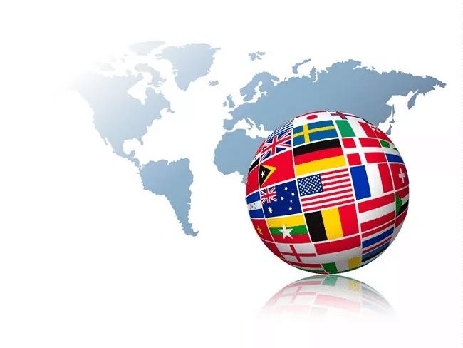 Globus mit Flaggen vor