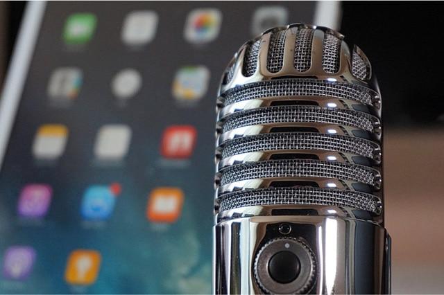 Mikrofon vor Smartphone beschreibt Service Angebot Podcast